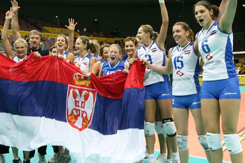 Serbian_women's_volleyball_team_cheering_with_flag,_2006