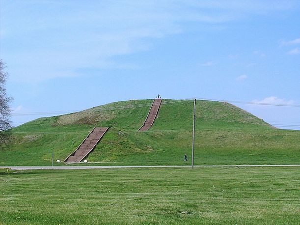 1280px-Monks_Mound_in_July