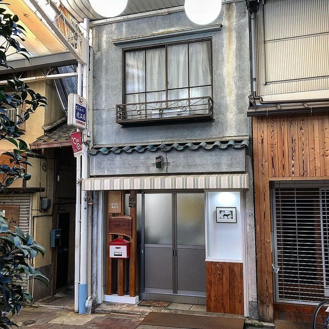 Man-still-enamoured-by-Kyotos-Small-Buildings-5be941aa56c55__880