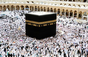 pilgrims-gathered-around-kaaba
