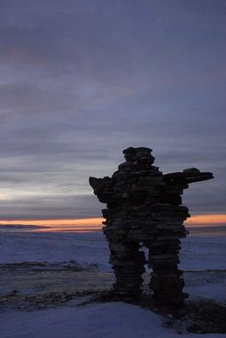 800px-Inukshuk_Sunset_Kuujjuaraapik_January