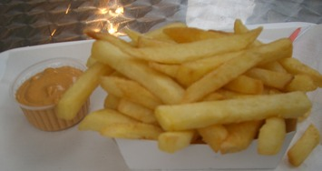 Belgian_frites_with_andalouse_sauce