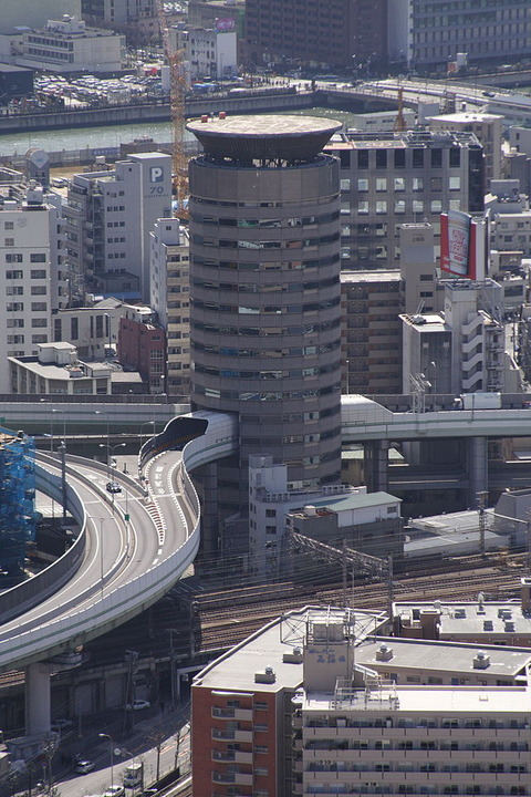 640px-Building_penetrated_by_an_expressway_001_OSAKA_JPN