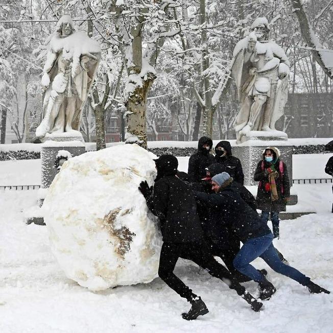 biggest-snowfall-50-years-spain-9-5ffc06d3a8f3f__700