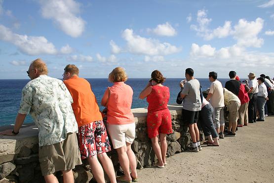 Tourists_at_Oahu_island,_Hawaii_9789r-vi