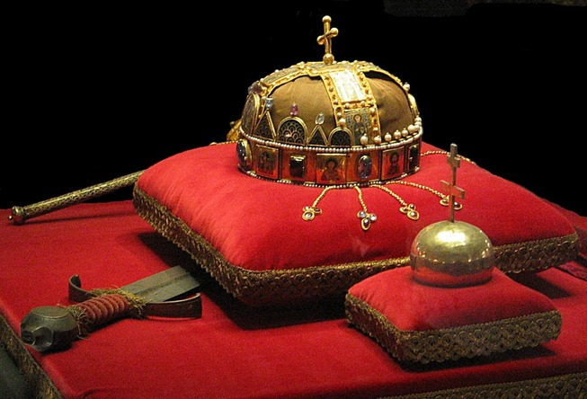 Crown_Sword_and_Globus_Cruciger_of_Hungary2-1108x753