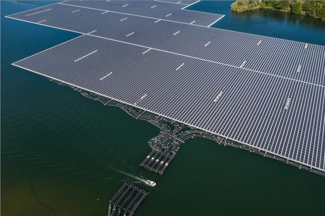外国人「日本のこのダムには巨大な太陽光パネルが浮かんでるらしいぞ!」