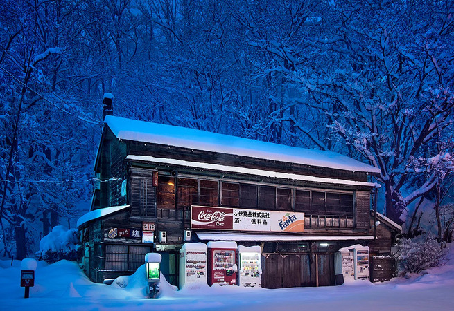 Eiji-Ohashi-Hokkaido-Vending-Machines-at-Night-4