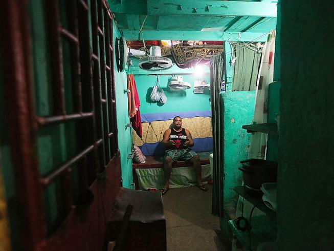world-prison-cells-prisoners-9-5b34e0b5b5933__700