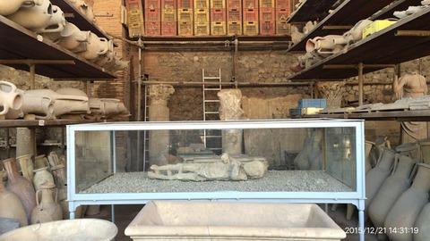 151221-310_発掘物(中央は子供の石膏型)