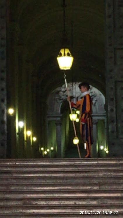 151220-320_サン・ピエトロ寺院の衛兵(バチカン市国)