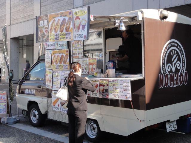 DSC02711 幕張メッセ入り口前の広場に、屋台車両が並んでいていろんな料理が楽しめま...