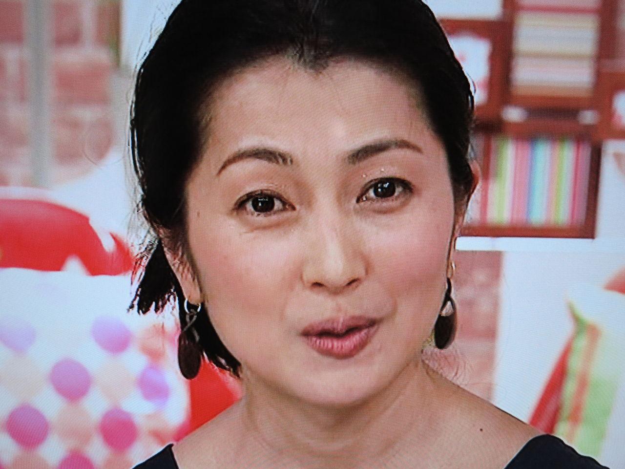 顔の肌がきれいな鶴田真由さん