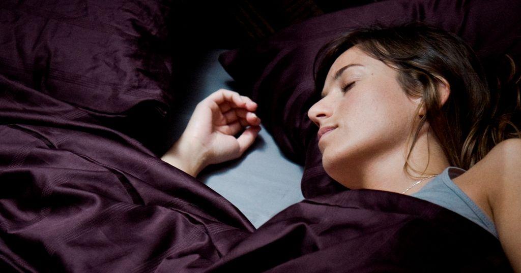 スリーピング タイト 白肌の美女の異常な夜 ジャウマ・バラゲロ ルイス・トサル、マルタ・エトゥラ アルベルト・サン・ファン Mientras duermes