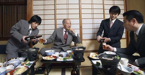 日本「飲めない奴に酒を勧めるなパワハラ.僕体質で飲めないんですよ.飲み会嫌.残業代出ます?」