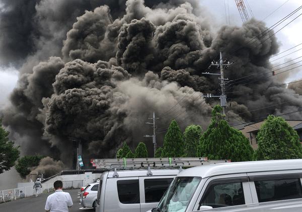 多摩の建設現場火災 けが人19人のうち複数が心肺停止