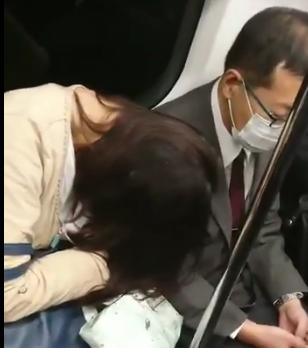 【動画あり】電車で疲れてもたれ掛かってきた居眠り女性の頭を携帯で叩く男の動画がアップされ炎上