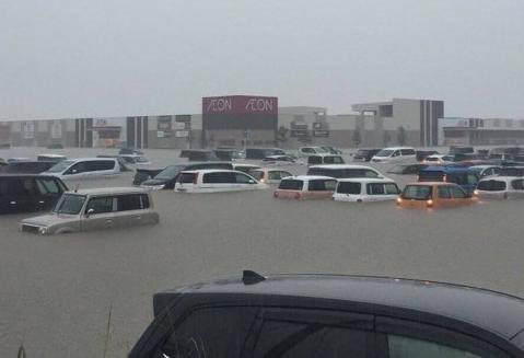 【朗報】イオンの駐車場で水没した車たちが奇跡の復活!!!