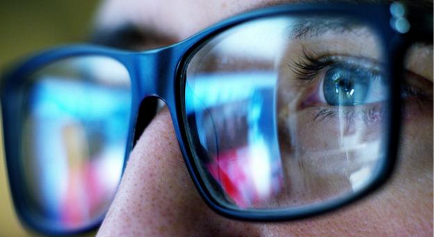 """【衝撃】""""ブルーライトで目が悪くなる""""はウソ 米国眼科学会「むしろブルーライトカットの眼鏡を使う方が目が悪くなる」"""
