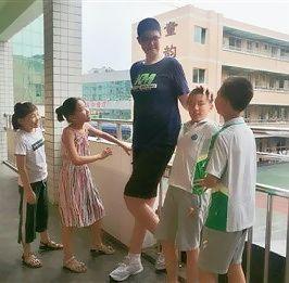 【驚愕】中国で身長206cmの小学生が現れる