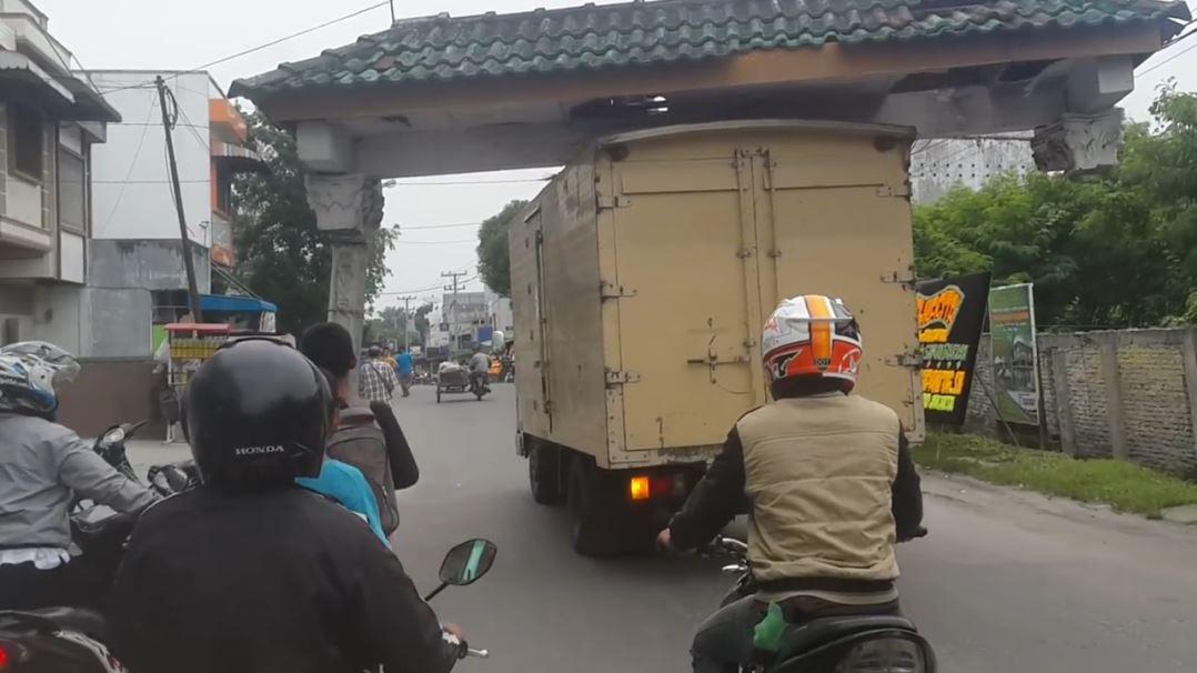 【画像】インドネシアでトラックが門を担いだ状態で超危険走行!これいつ落ちてもおかしくないだろwwww