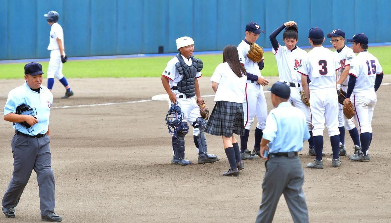 男子9人だけの高校野球部 伝令として革靴スカートの制服女子をマウンドに送るチン事に審判も困惑