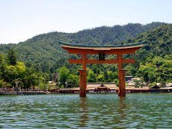 世界遺産「厳島神社」の大鳥居が倒壊危機 柱の割れ目にコインを挟み込むイタズラ多発で