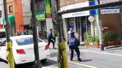 【動画】警察「男が暴れている!棒でツンツン…」クロネコ「ケイサップさぁ…」