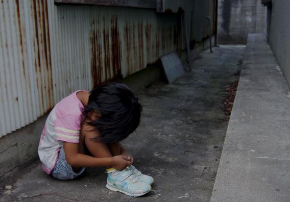【毒親】駅ホームで小学生女児(6)の娘の脇腹蹴った母親(37)、暴行容疑で逮捕「しつけで」