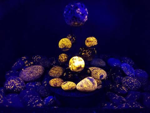 【衝撃】紫外線で光る新種の石「ユーパーライト」五大湖で発見
