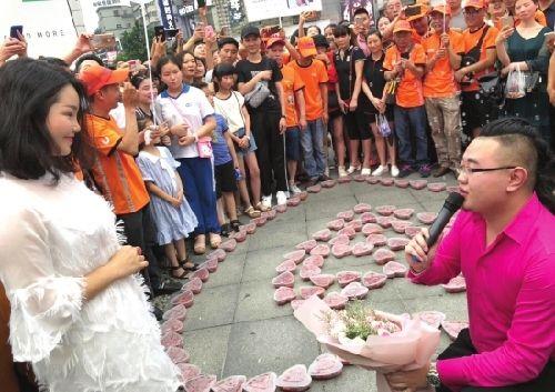 中国でザリガニ料理100人分をハート型に並べプロポーズするのが流行る 超美人にアタックした男性