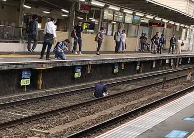 【わがまま】生活保護を断られた男性、線路で座り込んでしまう