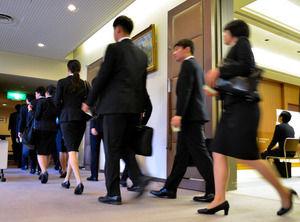 【悲報】就活で苦戦する女子たち メガバンク採用、900人減少