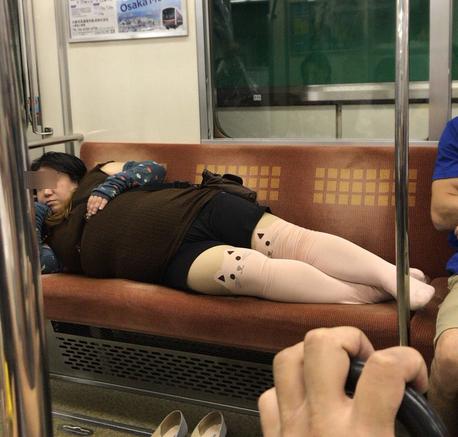 【画像】大阪の千日前線でとんでもない乗客が撮影されてしまうwwww