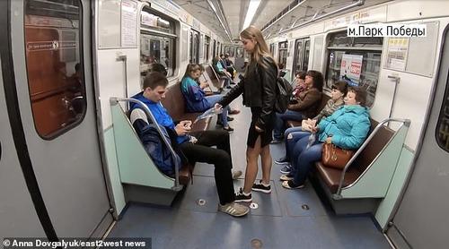電車内で大股開きで座る男性の股間に 漂白剤をかけて回る女子大生 出没wwww