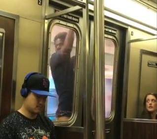 【驚愕】アクション映画のように地下鉄の外にしがみつき移動する男が目撃されるwww