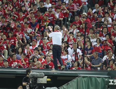 広島でファンが乱入…カメラマン席上の屋根に乗って抗議