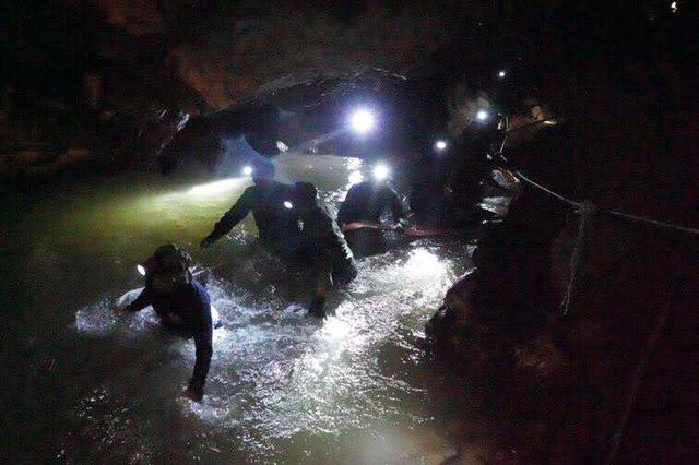 タイ洞窟の少年ら救出難航 潜水での救出は困難 特殊部隊でも6時間 空気ボンベを外すほど狭い場所 泥水で視界なし