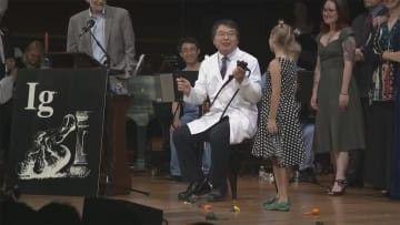【悲報】イグノーベル賞を発表中の日本人、突如現れた女の子に「うるさいですね…」と怒られる