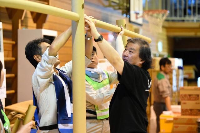 【劇的】 世界的建築家、避難所の体育館に「我が家」を築き上げる これはデキる匠