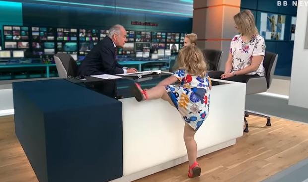 【動画】ニュース番組中幼女(2)がキャスターの机の上で歩き回るwwww