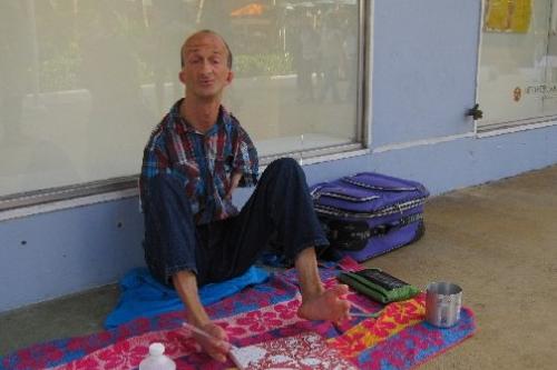 【しょうがい者】両腕の無いホームレスの男、ハサミで男性観光客を刺し(!?) 逮捕される