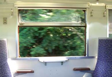 【悲報】列車の窓から漁師の少年(19)が転落し重傷「電車の中が暑かったので窓枠に座っていた」
