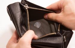 【悲報】22歳会社員さん、列車座席で横になり寝てる大学生のポケットから現金7円の入った財布を盗み逮捕