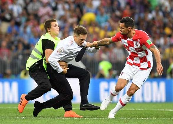 【おそロシア】ロシアW杯決勝乱入の反体制派、毒を盛られ重症か 視力失い言葉話せず
