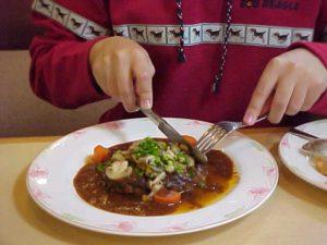 フォーク使いが苦手な為ステーキを最初に全部切ってそれから食うんだがマナー違反なの?