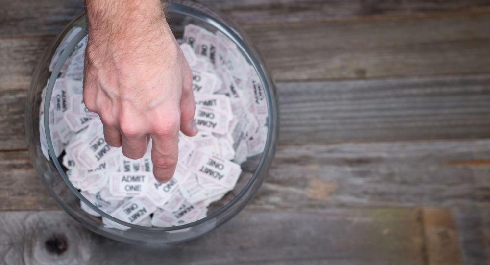 【正直者】ガソリンスタンド従業員、1億円相当の宝くじを落とし主に渡す
