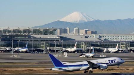 【悲報】羽田空港さん、暑すぎて滑走路のアスファルトが剥がれる 一時閉鎖に