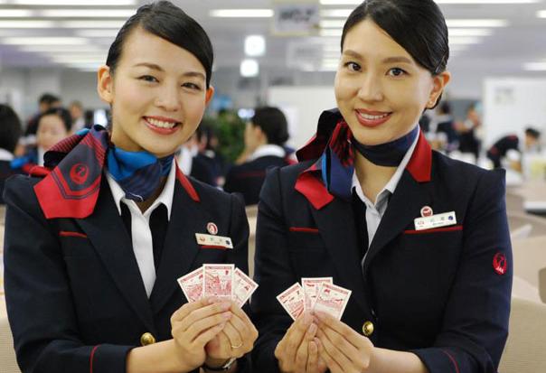 【悲報】CAが飛行機内でプロポーズ←ええな  会社「お前の私用に客を巻き込むな。解雇」←!?