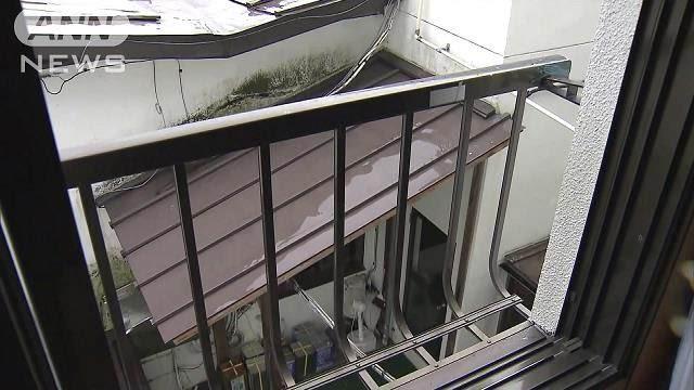 【悲報】旅館の窓に寄りかかった男性、手すりごと窓の下の道路に転落し全身を強く打って死亡 手すりは製造から35年以上経過